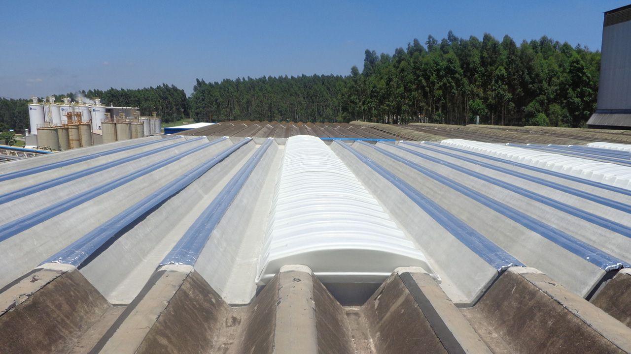 Exemplo de galpão industrial com domos convencionais fechados.