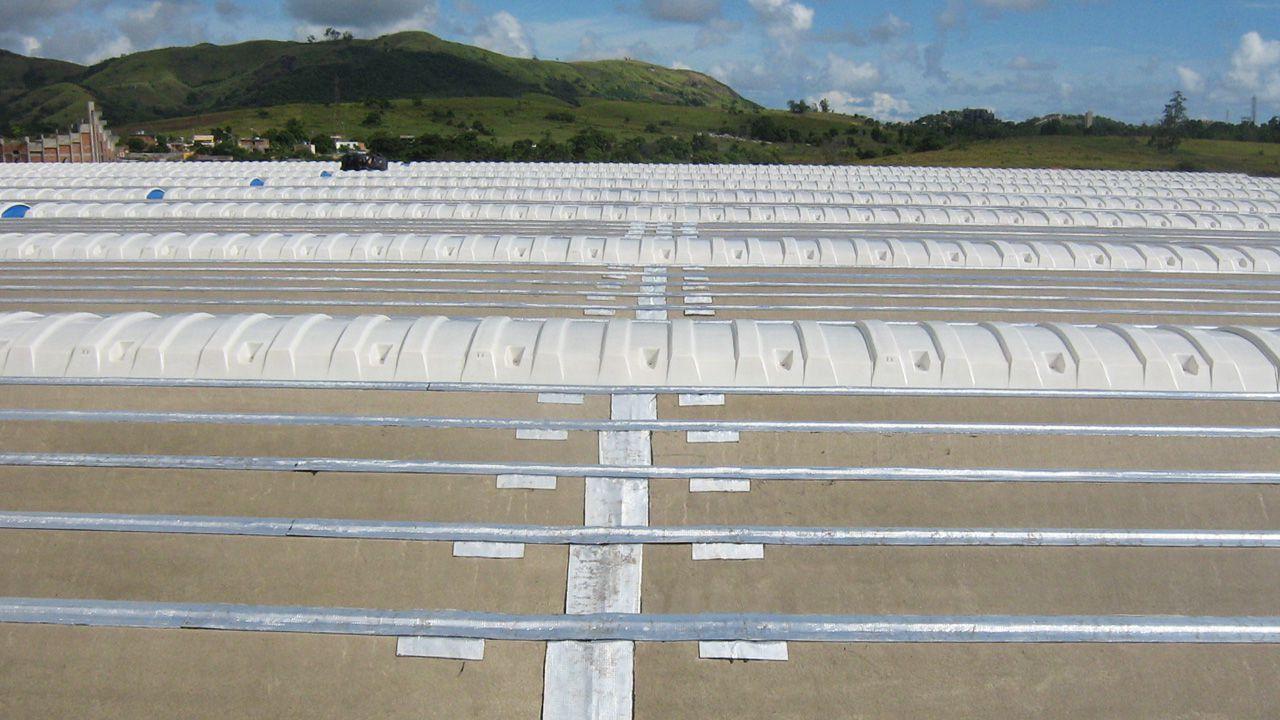 Exemplo de aplicação de domos convencionais ventilados branco semi leitoso.