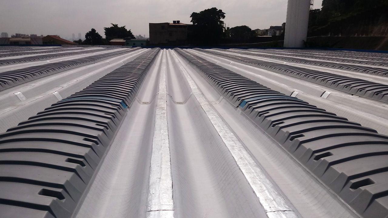 Exemplo de aplicação de domos convencionais ventilados na cor cinza opaco.